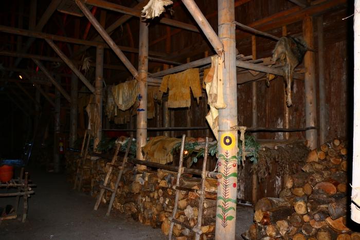 au dessous, le stokage du bois